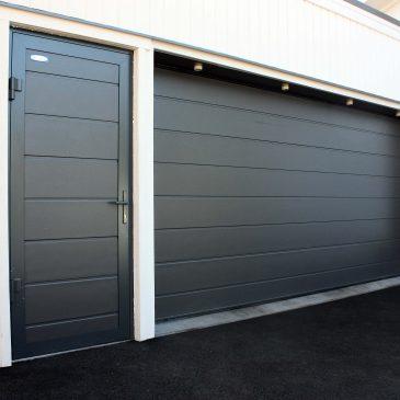 Boddør eller garasjedør i samme stil som porten.
